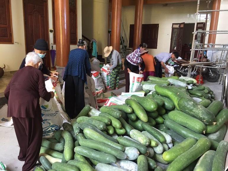 Các Phật tử hỗ trợ đóng gói rau củ quả giúp chư Ni Phật giáo huyện Thăng Bình để chuyển quà đến TP.HCM