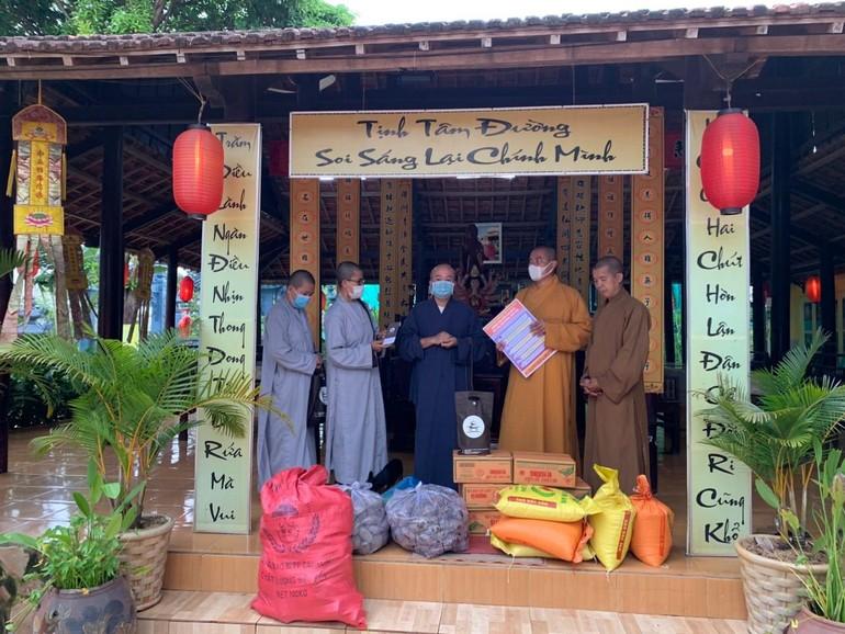 Thiền viện Trúc Lâm Bình Phước phối hợp Ban Trị sự GHPGVN huyện Lộc Ninh cúng dường đến chư Tăng Ni hành giả gần 40 tự viện, tịnh thất
