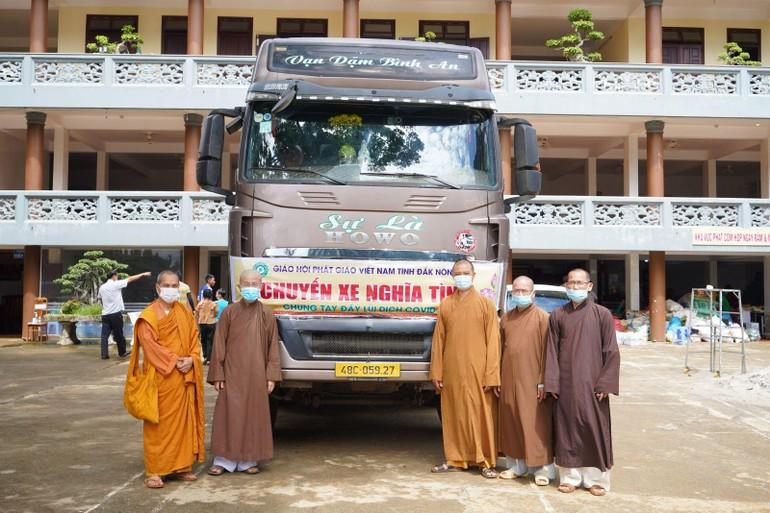 Chư tôn đức Ban Trị sự Phật giáo tỉnh Đắk Nông hết lòng chia sẻ với người dân TP.HCM và tỉnh Đồng Nai