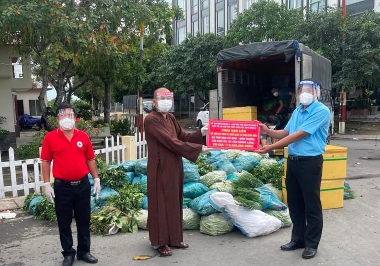 Thượng tọa Thích Lệ Quang trao quà tại phường 1, phường 14 quận 8