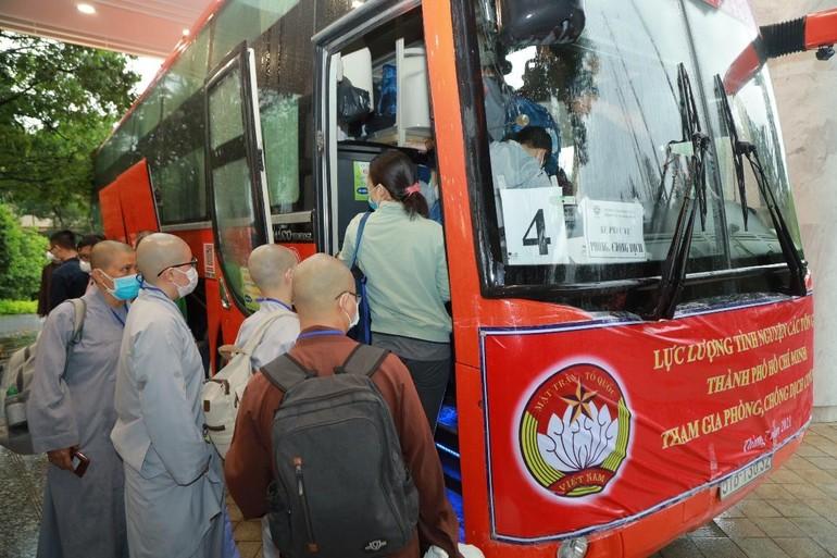 Chư Tăng Ni và Phật tử lên xe đến các bệnh viện được phân công để phục vụ