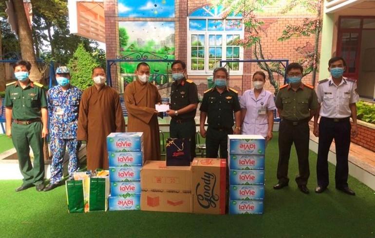 Ban Trị sự GHPGVN TP.Vũng Tàu và chùa Liên Trì tặng quà đến các khu cách ly