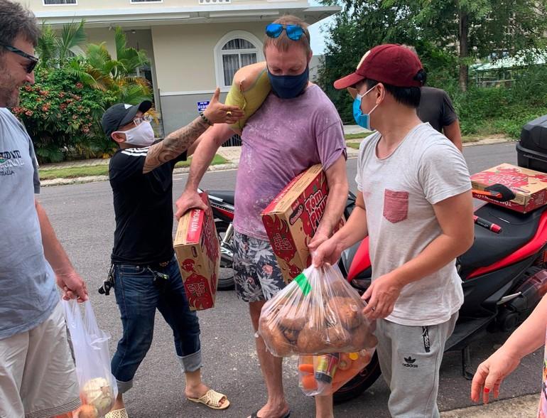 Người lao động nước ngoài tại TP.Nha Trang bị ảnh hưởng bởi Covid-19 nhận quà hỗ trợ - Ảnh: BTTXH TP