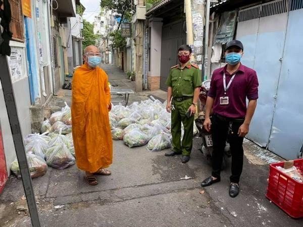 Thượng tọa Thích Minh Lộc trao quà tại khu vực phong tỏa trên địa bàn quận Bình Thạnh