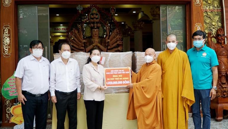 Hòa thượng Thích Thiện Nhơn trao bảng tặng 6 máy thở đa năng đến Thành phố hỗ trợ điều trị Covid-19