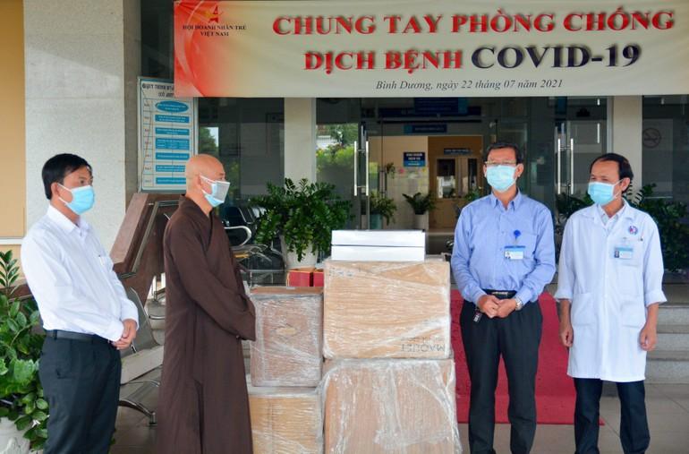 Hòa thượng Thích Huệ Thông đại diện Trung ương GHPGVN trao tặng 2 máy thở đến Ủy ban MTTQVN tỉnh Bình Dương