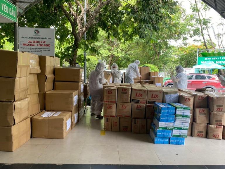 Các Sư cô trong bộ đồ bảo hộ vận chuyển quà của Phân ban Ni giới Trung ương tặng đến các bệnh viện, khu cách ly