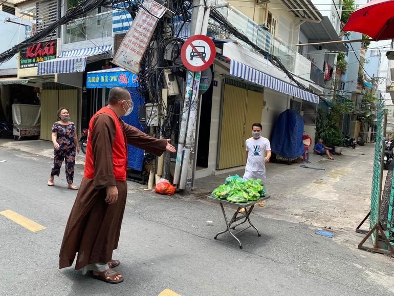 Thượng tọa Thích Lệ Quang tặng quà đến các khu cách ly