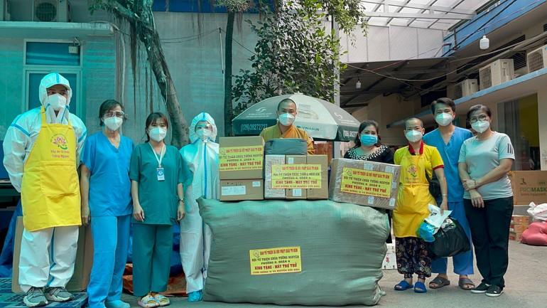 Đại đức Thích Minh Phú trao 10 máy trợ thở đến Bệnh viện Bình Dân - Ảnh: T.N