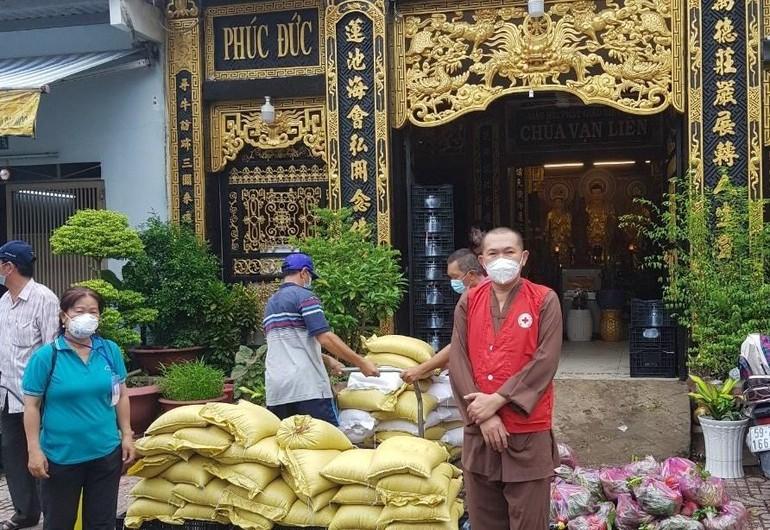 Thượng tọa Thích Lệ Quang, trụ trì chùa Vạn Liên tặng quà đến các khu cách ly, người cơ nhỡ