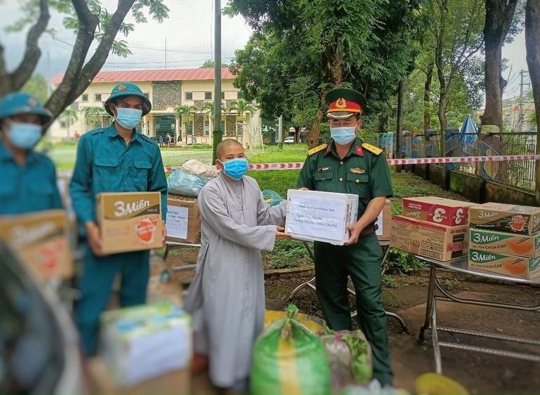 Trao quà đến đại diện tại khu cách ly huyện Chư Păh