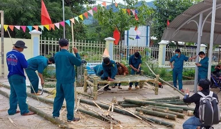Lực lượng dân quân đóng giường tre gửi vào khu cách ly