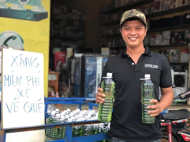 Anh Ngô Long và những chai xăng miễn phí giúp người về quê trong những ngày vừa qua