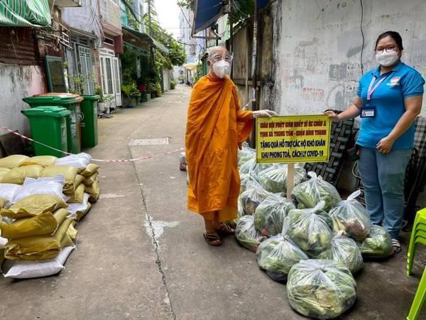 Thượng tọa Thích Minh Lộc tặng đến đại diện phương để giúp người dân khu cách ly