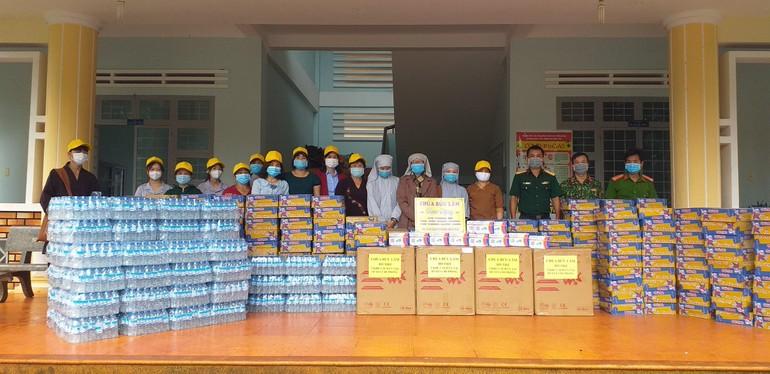 Chùa Bửu Lâm đã đến hỗ trợ nhu yếu phẩm tại trụ sở Công an huyện Chư Prông