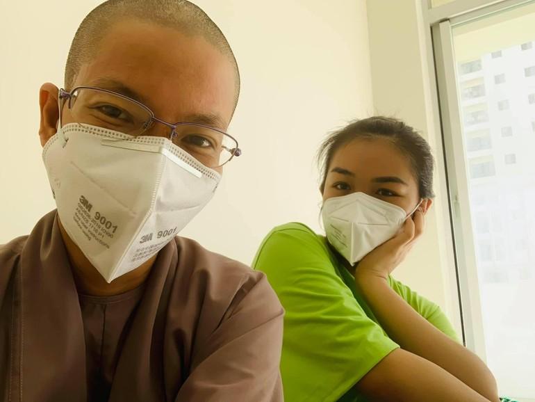 Sư cô Nhuận Bình và tình nguyện viên tại Bệnh viện Dã chiến thu dung số 12 - TP.Thủ Đức