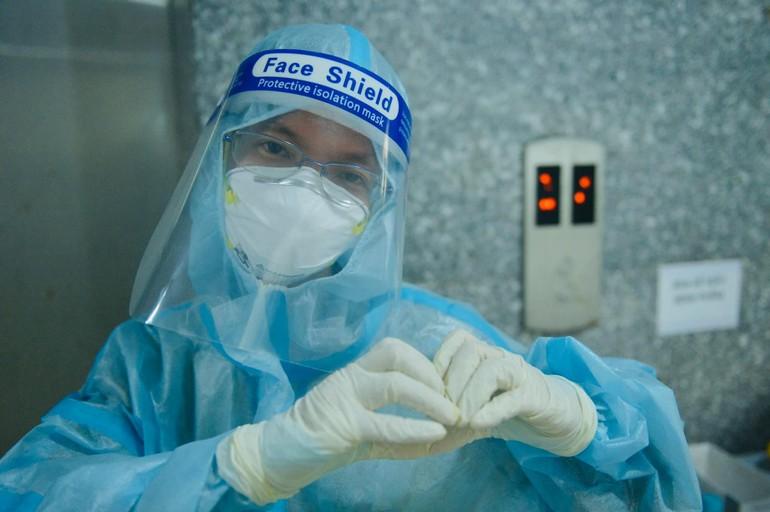Sư cô Nhuận Bình đang làm tình nguyện viên tại Bệnh viện Dã chiến thu dung số 12 - TP.Thủ Đức