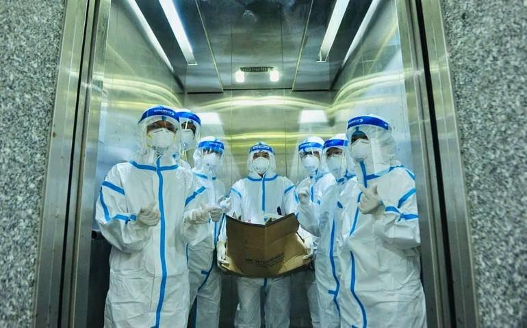 Sư cô Nhuận Bình cùng Ban Giám đốc Bệnh viện Dã chiến thu dung điều trị Covid-19 số 12 đi thăm các F0 tại bệnh viện - Ảnh: Nguyễn Á