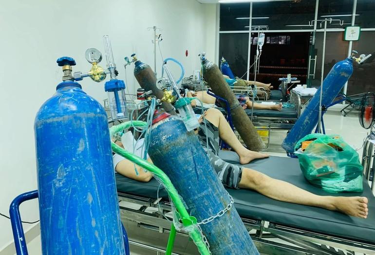 Ngổn ngang bình oxy hỗ trợ cho F0 trong phòng cấp cứu Bệnh viện Dã chiến thu dung số 12