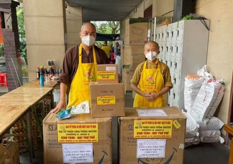 12 máy trợ thở, 40 bình oxy được tặng đến Bệnh viện Dã chiến số 8 và Bệnh viện Dã chiến số 11 - Ảnh: T.N