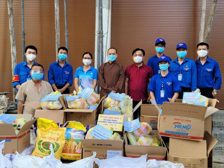 Đại đức Thích Thanh Nguyên, Trưởng ban Trị sự quận Liên Chiểu huẩn bị nhiều phần quà hỗ trợ đến các nơi phong tỏa