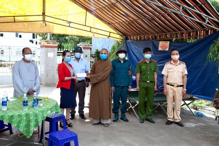 Ban Trị sự GHPH VN huyện Krông Nô phối hợp trao quà đến các khu cách ly, phong tỏa