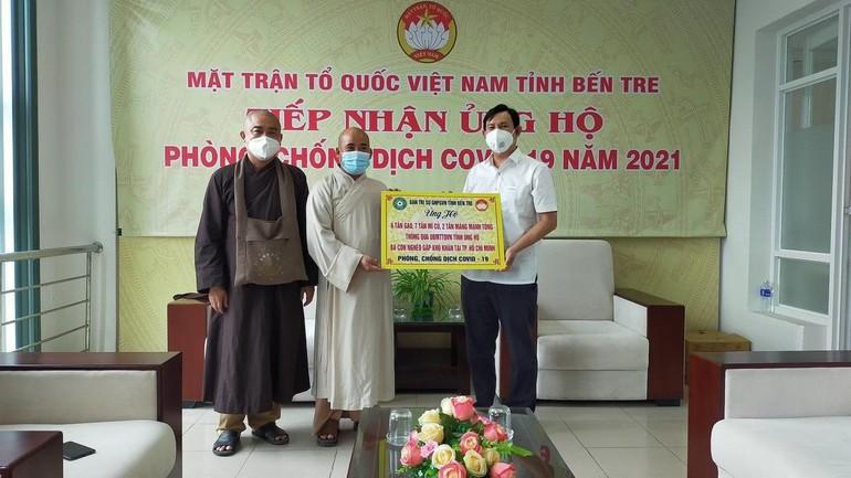 Đại diện Ủy ban MTTQVN tỉnh Bến Tre tiếp nhận lương thực, thực phẩm của Ban Trị sự Phật giáo tỉnh gởi bà con TP.HCM