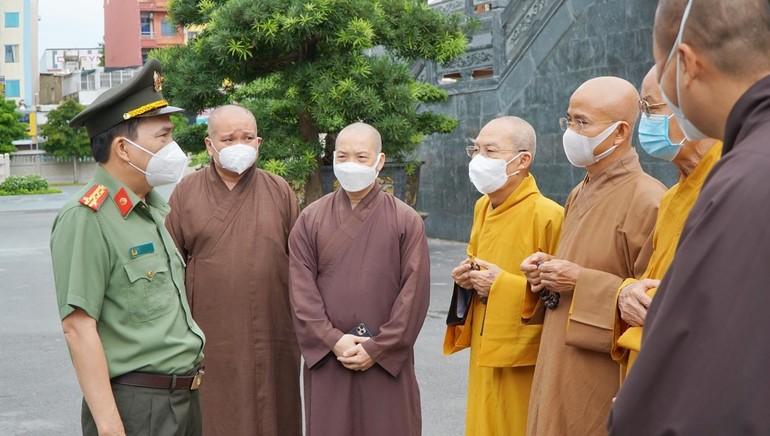 Đại tá Nguyễn Sỹ Quang trao đổi chân tình với chư tôn đức Ban Trị sự GHPGVN TP.HCM nhân chuyến thăm