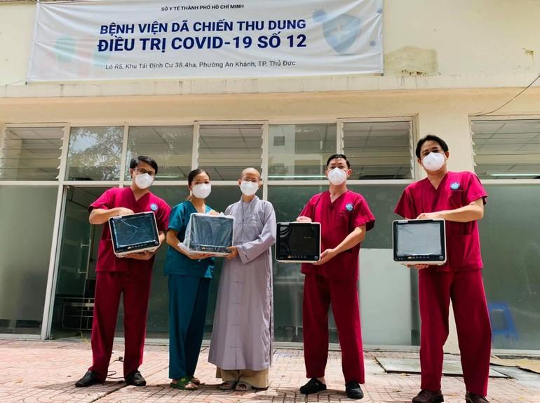 Sư cô Thích nữ Nhuận Bình, đại diện nhóm tình nguyện viên Phật giáo và các nhà tài trợ trao tặng 5 máy Monitor đến Bệnh viện Dã chiến thu dung số 12