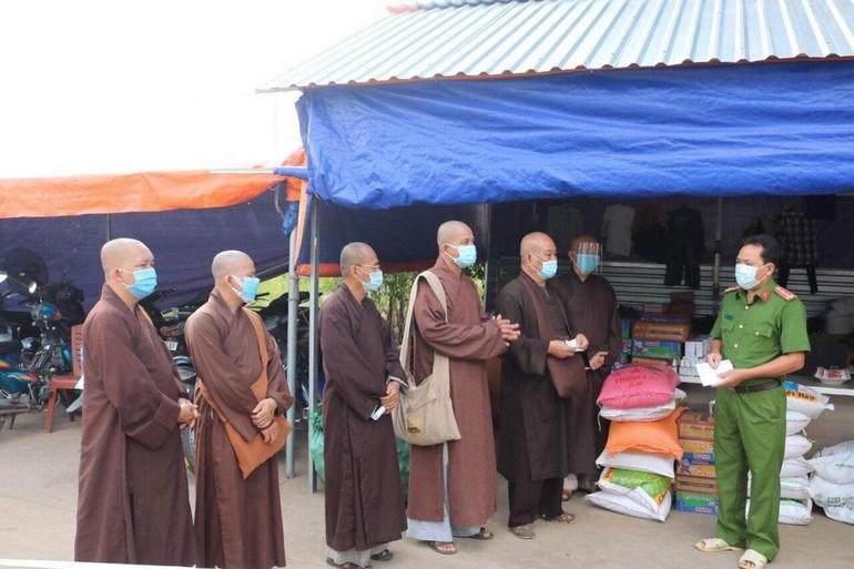 Hòa thượng Thích Chơn Tịnh cùng chư Tăng Phật giáo quận 8 trao quà tại các chốt kiểm dịch