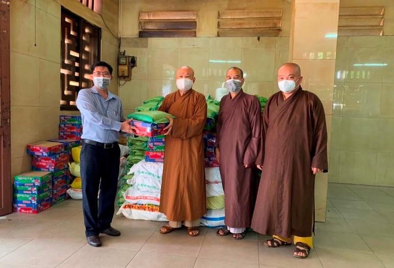 Ông Lê Thanh Tuấn tiếp nhận quà từ chư Tăng chùa Ấn Quang để tặng đến bà con phường 9