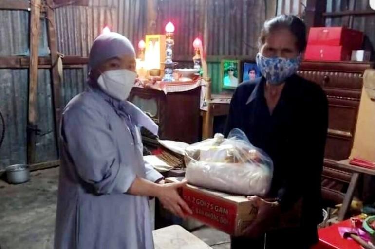 Tặng quà đến người nghèo, khó khăn do ảnh hưởng bởi dịch bệnh Covid-19