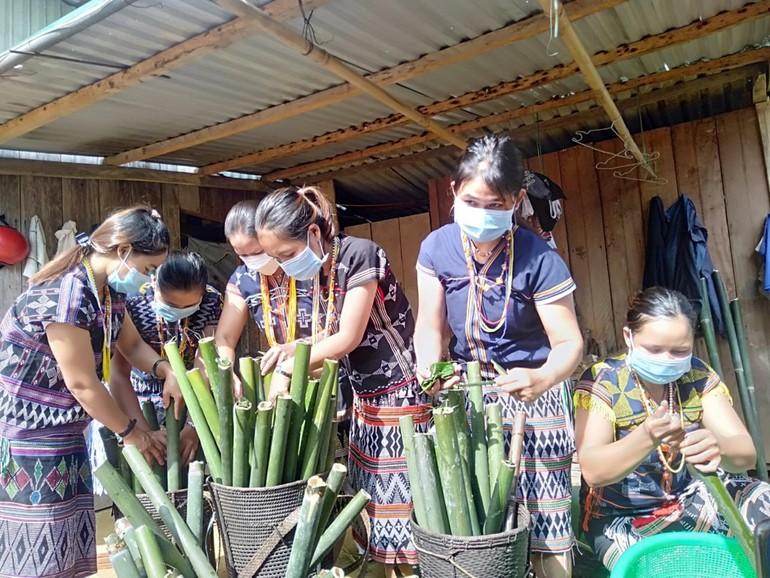 Những bàn tay mềm mại đưa gạo vào ống để nấu chứa đầy yêu thương