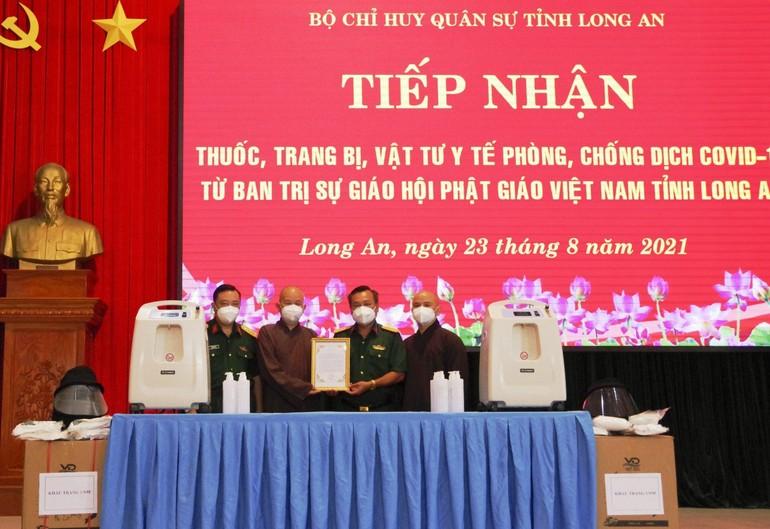 Long An: Ban Trị sự GHPGVN tỉnh tặng quà đến Bộ Chỉ huy Quân sự tỉnh