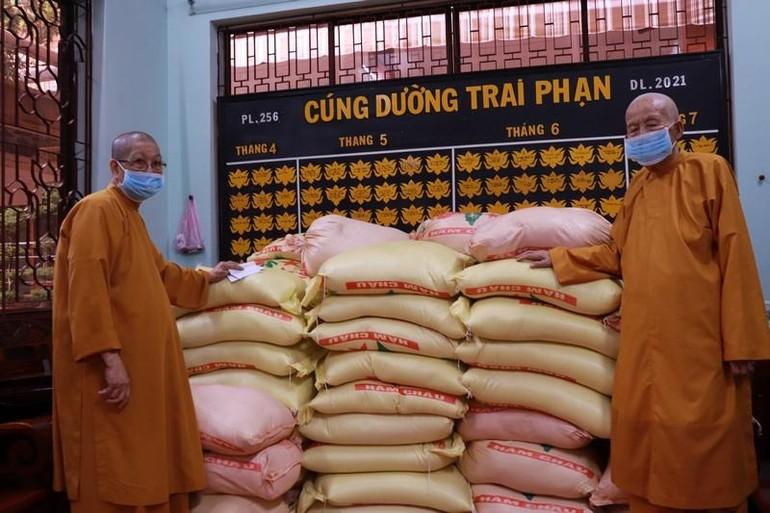 Gạo được chư Ni tịnh xá chuẩn bị gởi đến các nơi - Ảnh: ĐPKS