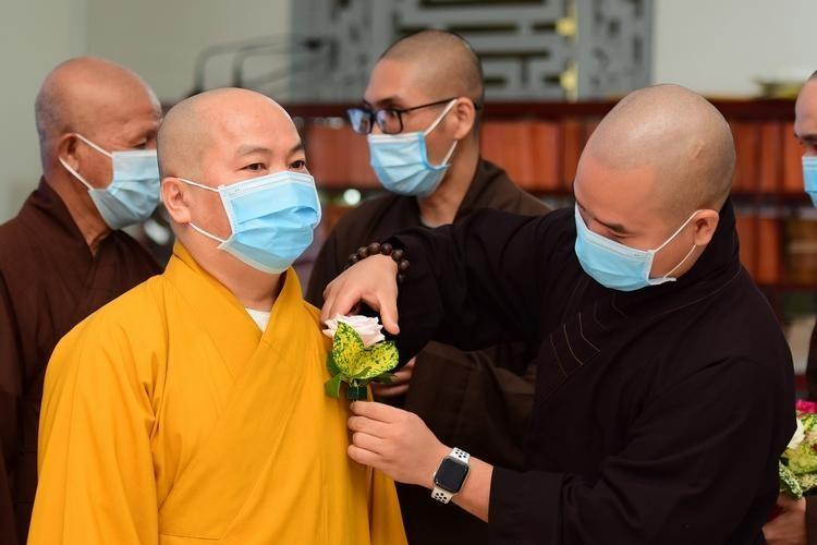 Tu viện Tường Vân thực hiện lễ Bông hồng cài áo online nhân mùa Hiếu hạnh Phật lịch 2565