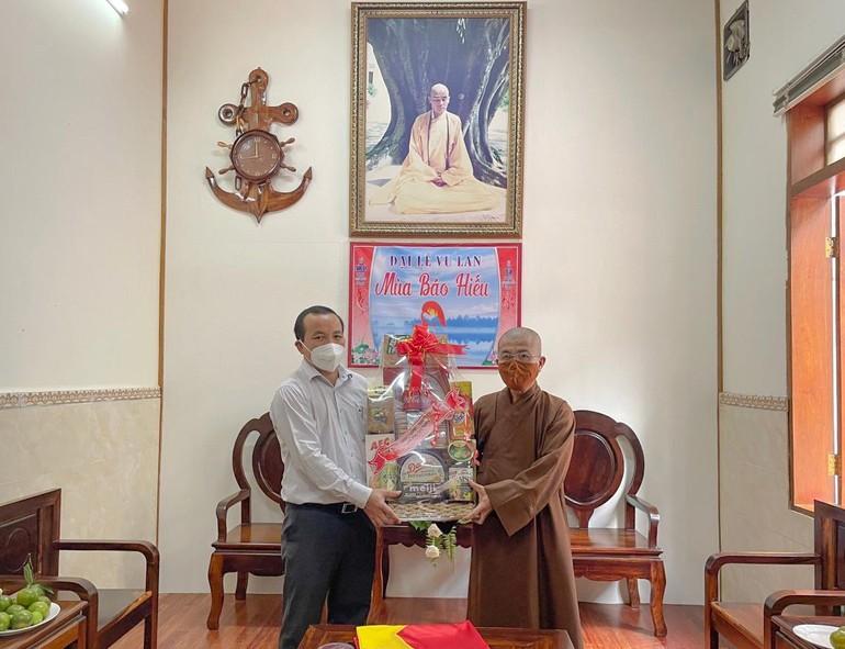 Ông Hồ Văn Mười thăm và chúc mừng đến Thượng tọa Thích Quảng Hiền nhân mùa Vu lan - Báo hiếu Phật lịch 2565