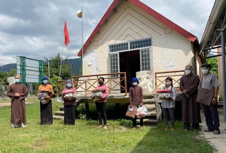 Ban Từ thiện chùa Khải Đoan trao suất quà chia sẻ bà con người đồng bào trong mùa giãn cách