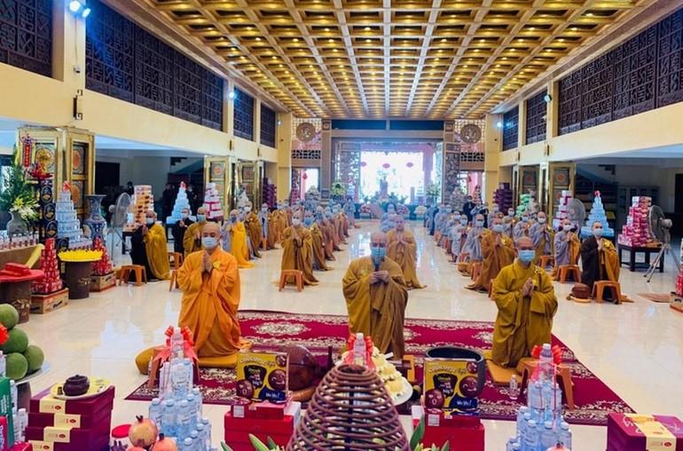 Chư Tăng Ni chùa Long Hưng niêm hương bạch Phật trước khi bắt đầu trì chú Đại bi