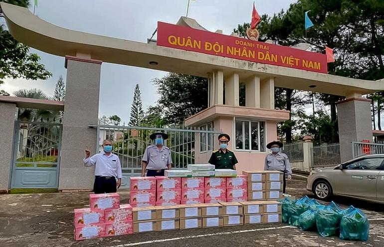 Ban Hướng dẫn Phân ban Gia đình Phật tử tỉnh Đắk Nông tặng quà khu vực cách ly tại Trường Quân sự huyện Đắk Song