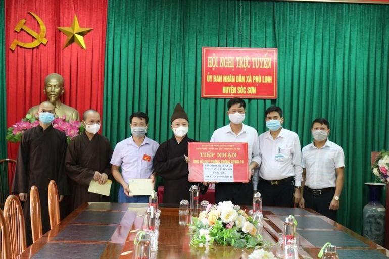 Hòa thượng Thích Thanh Quyết cùng với Tăng Ni sinh của Học viện trao quà hỗ trợ chống dịch
