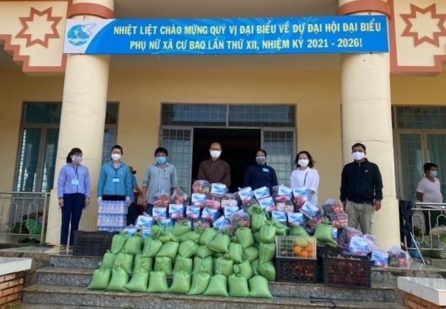 Đoàn thiện nguyện trao 140 phần quà đến bà con khó khăn vùng dịch