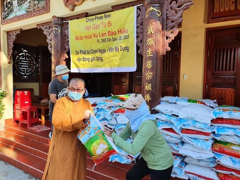 Hòa thượng Thích Hạnh Niệm, Chứng minh Ban Trị sự Phật giáo tỉnh Quảng Nam, trụ trì chùa Pháp Bảo tặng quà đến người dân