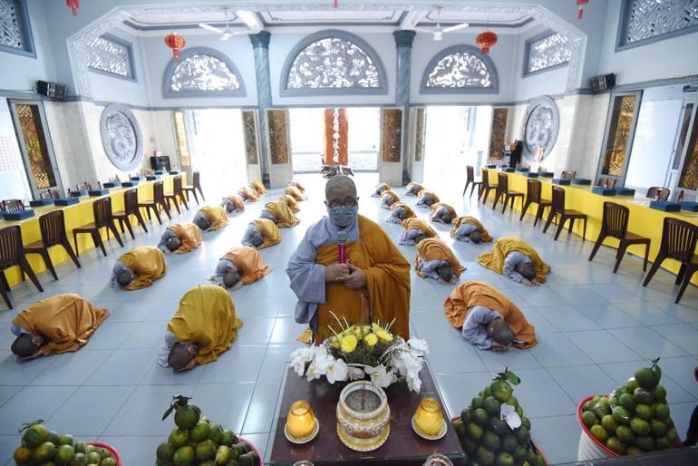 Chư Ni tổ đình Kim Sơn đảnh lễ trước Giác linh đường Ni trưởng Thích nữ Như Bổn - Ảnh: K.Sơn