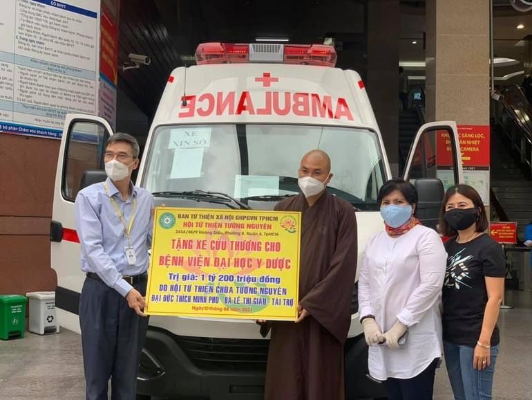 Trao xe cấp cứu đến Bệnh viện Đại học Y dược, TP.HCM - Ảnh: TN
