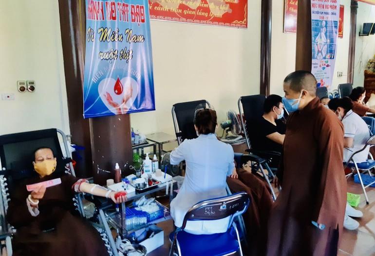 Tăng Ni, Phật tử Phật giáo tỉnh Hà Nam hiến máu cứu người