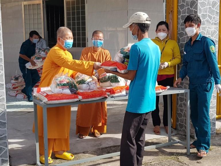 Tịnh xá Ngọc Trà, thị trấn Trà Ôn (Vĩnh Long) tổ chức trao tặng 150 phần quà đến người bán vé số