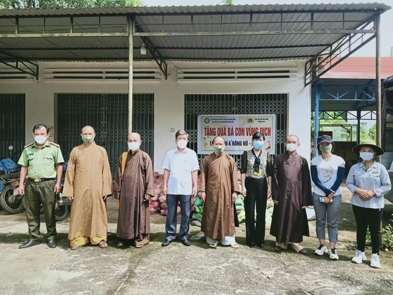 Đắk Nông: Ban Trị sự GHPGVN tỉnh và huyện Đắk R'lấp tặng quà bà con vùng dịch