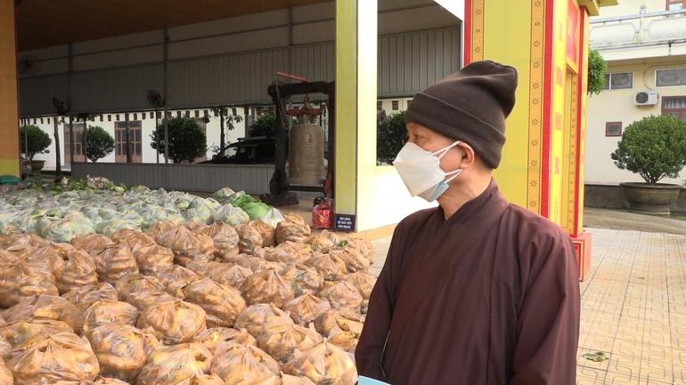 Thượng tọa Thích Huệ Khai thay mặt Ban Trị sự tiếp nhận 18 tấn rau củ do Hòa thượng Thích Thiện Pháp tặng