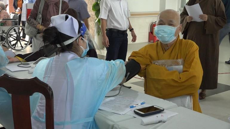 Chư tôn đức Ban Thường trực Ban Trị sự GHPGVN tỉnh Đồng Nai mũi 2 vắc-xin Covid-19